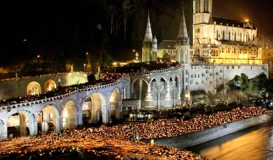 lourdes-candle-light-procession2b